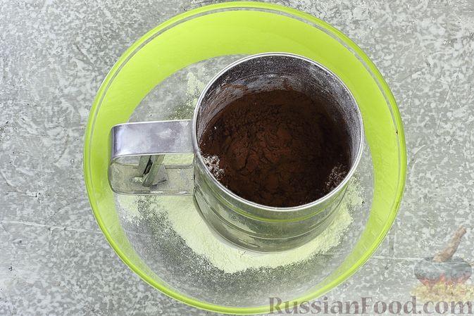 Фото приготовления рецепта: Шоколадный муссовый торт с бисквитом - шаг №4