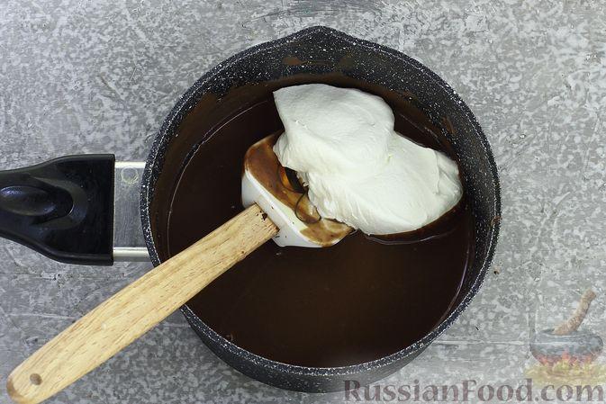 Фото приготовления рецепта: Шоколадный муссовый торт с бисквитом - шаг №25