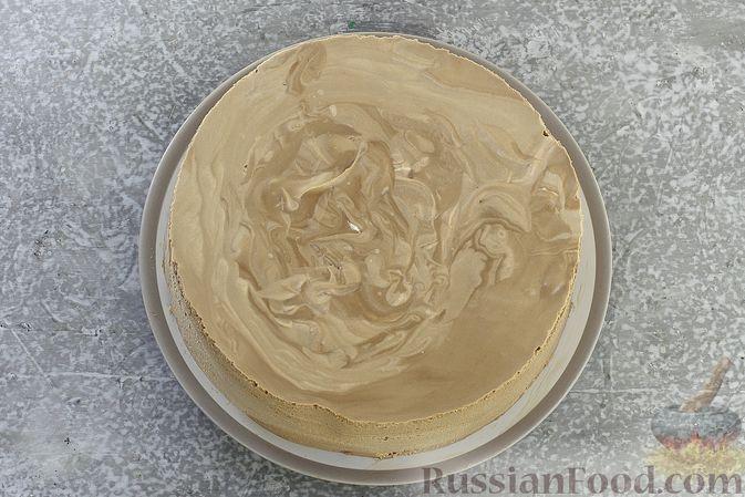 Фото приготовления рецепта: Шоколадный муссовый торт с бисквитом - шаг №29