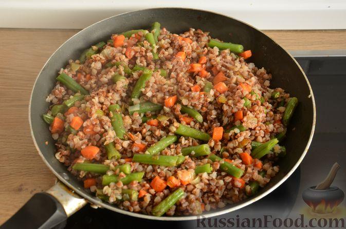 Фото приготовления рецепта: Гречневая каша со стручковой фасолью - шаг №9