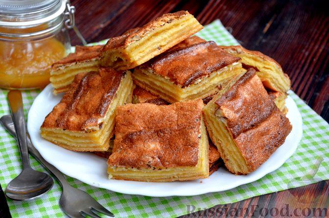 Фото к рецепту: Слоистый пирог из песочно-дрожжевого теста, с джемом и ореховым безе