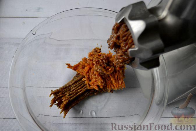 Фото приготовления рецепта: Морковные конфеты с финиками, курагой и изюмом - шаг №4