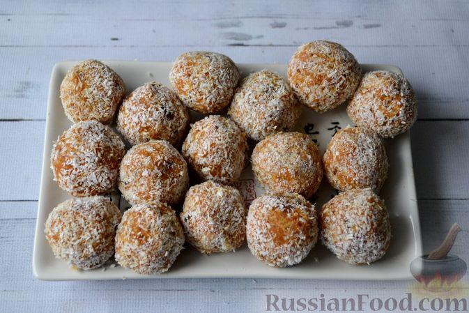 Фото приготовления рецепта: Морковные конфеты с финиками, курагой и изюмом - шаг №9