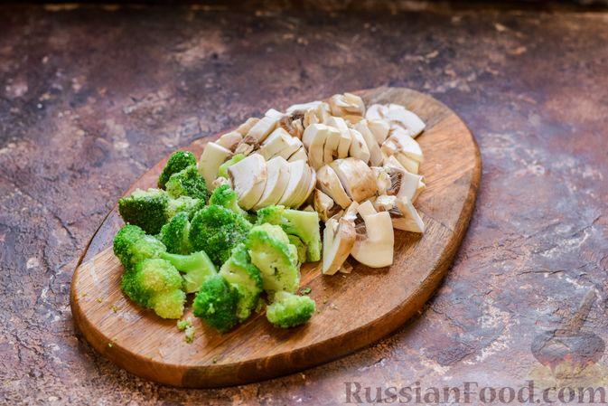 Фото приготовления рецепта: Бисквитный пирог с грибами и брокколи - шаг №2