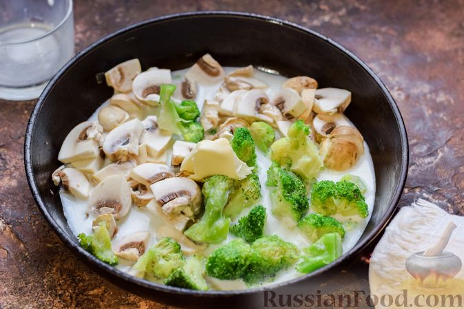 Фото приготовления рецепта: Бисквитный пирог с грибами и брокколи - шаг №3
