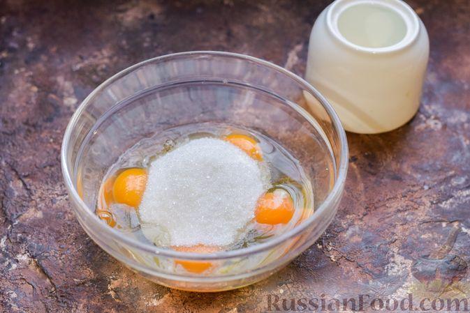Фото приготовления рецепта: Бисквитный пирог с грибами и брокколи - шаг №5