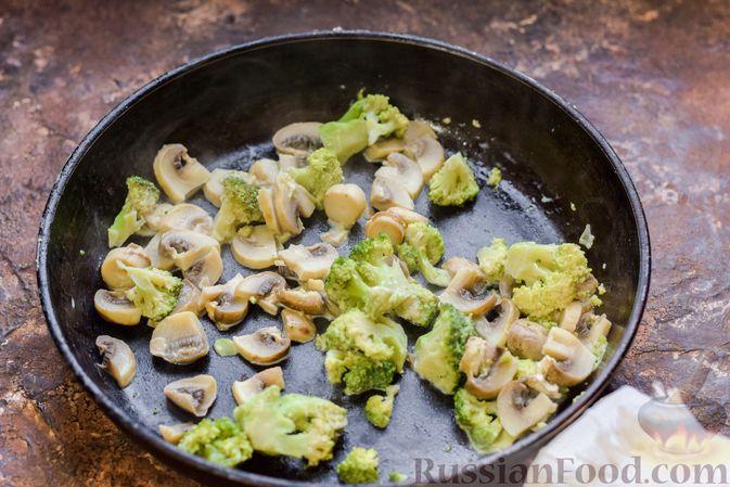 Фото приготовления рецепта: Бисквитный пирог с грибами и брокколи - шаг №4