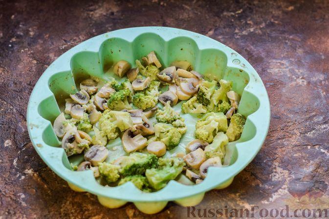 Фото приготовления рецепта: Бисквитный пирог с грибами и брокколи - шаг №11
