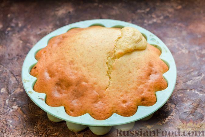 Фото приготовления рецепта: Бисквитный пирог с грибами и брокколи - шаг №13