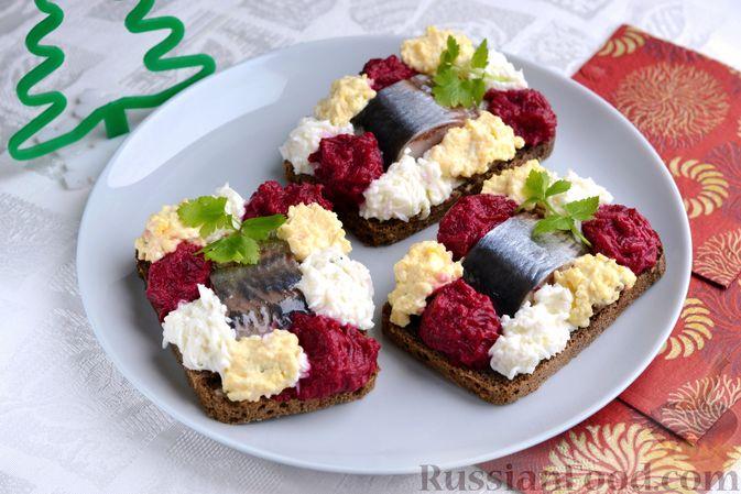 Фото к рецепту: Бутерброды с сельдью, луком, свёклой и яйцами