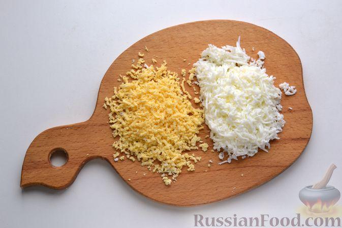 Фото приготовления рецепта: Бутерброды с сельдью, луком, свёклой и яйцами - шаг №4
