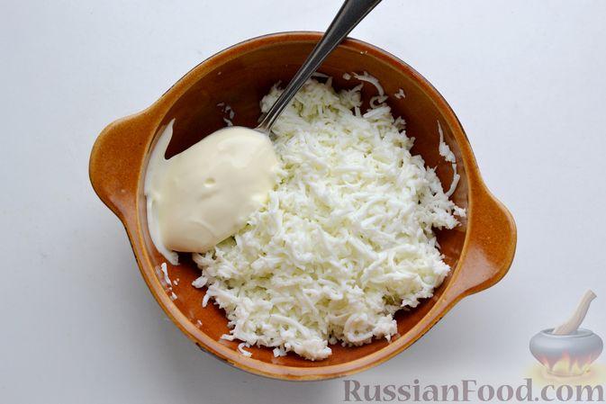 Фото приготовления рецепта: Бутерброды с сельдью, луком, свёклой и яйцами - шаг №5