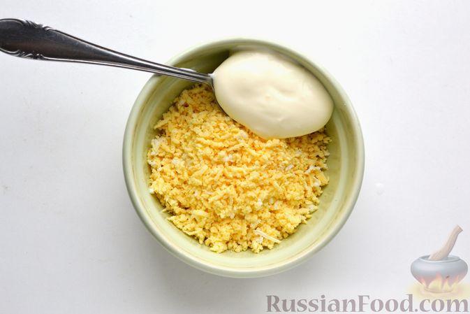 Фото приготовления рецепта: Бутерброды с сельдью, луком, свёклой и яйцами - шаг №6