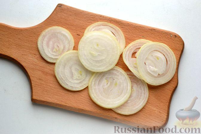 Фото приготовления рецепта: Бутерброды с сельдью, луком, свёклой и яйцами - шаг №8