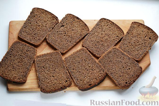 Фото приготовления рецепта: Бутерброды с сельдью, луком, свёклой и яйцами - шаг №10