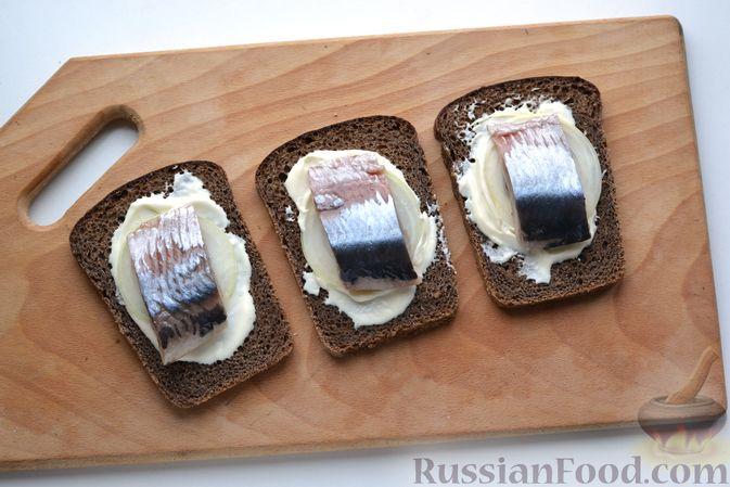 Фото приготовления рецепта: Бутерброды с сельдью, луком, свёклой и яйцами - шаг №13