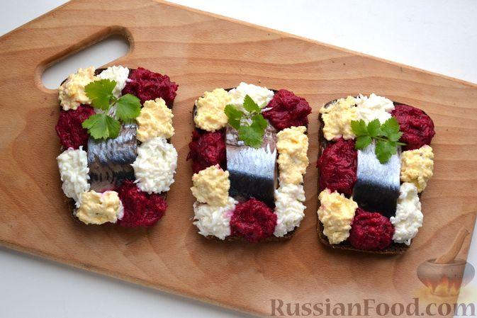Фото приготовления рецепта: Бутерброды с сельдью, луком, свёклой и яйцами - шаг №14
