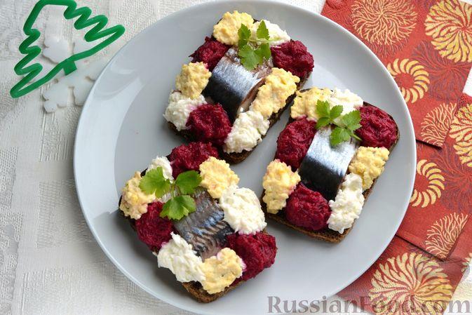 Фото приготовления рецепта: Бутерброды с сельдью, луком, свёклой и яйцами - шаг №15