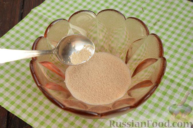 Фото приготовления рецепта: Слоистый пирог из песочно-дрожжевого теста, с джемом и ореховым безе - шаг №2