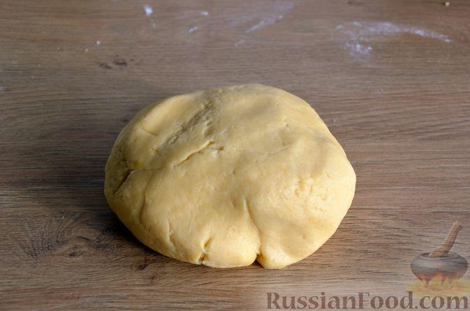 Фото приготовления рецепта: Слоистый пирог из песочно-дрожжевого теста, с джемом и ореховым безе - шаг №7