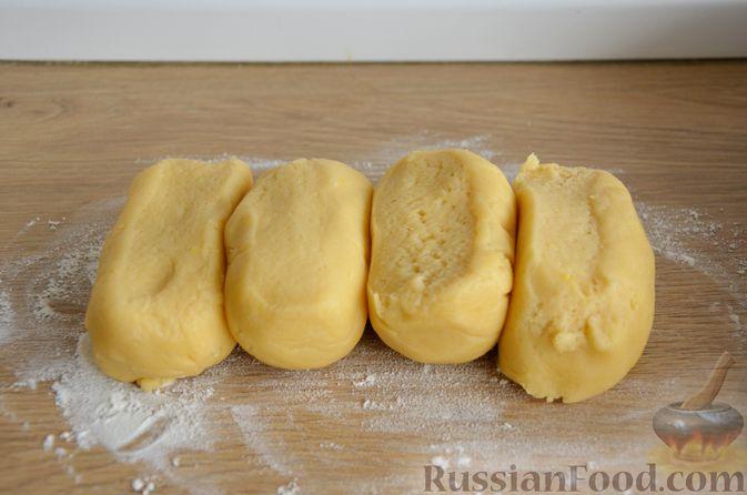 Фото приготовления рецепта: Слоистый пирог из песочно-дрожжевого теста, с джемом и ореховым безе - шаг №8