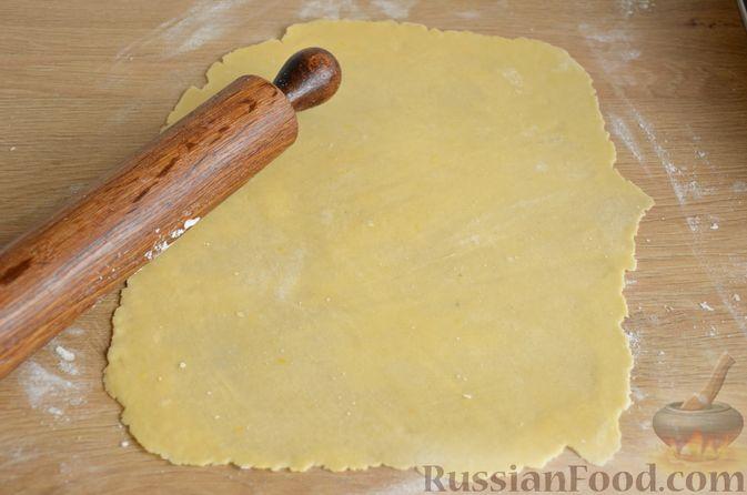 Фото приготовления рецепта: Слоистый пирог из песочно-дрожжевого теста, с джемом и ореховым безе - шаг №9