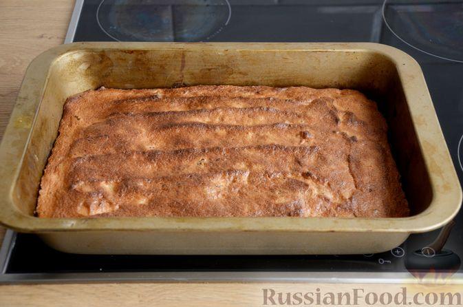 Фото приготовления рецепта: Слоистый пирог из песочно-дрожжевого теста, с джемом и ореховым безе - шаг №16