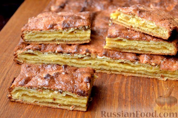 Фото приготовления рецепта: Слоистый пирог из песочно-дрожжевого теста, с джемом и ореховым безе - шаг №17