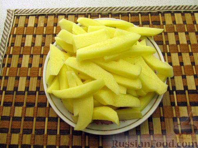 Фото приготовления рецепта: Сырный суп с чечевицей и колбасой - шаг №3