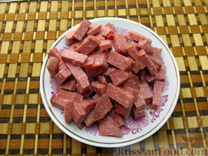 Фото приготовления рецепта: Сырный суп с чечевицей и колбасой - шаг №4