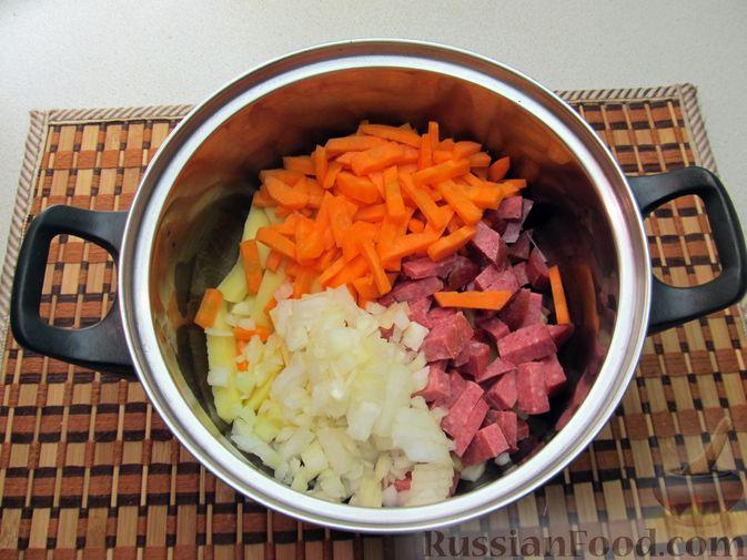 Фото приготовления рецепта: Сырный суп с чечевицей и колбасой - шаг №5