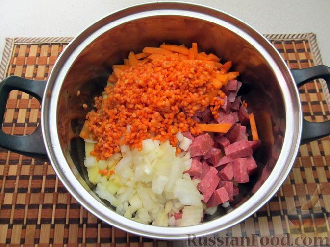 Фото приготовления рецепта: Сырный суп с чечевицей и колбасой - шаг №6