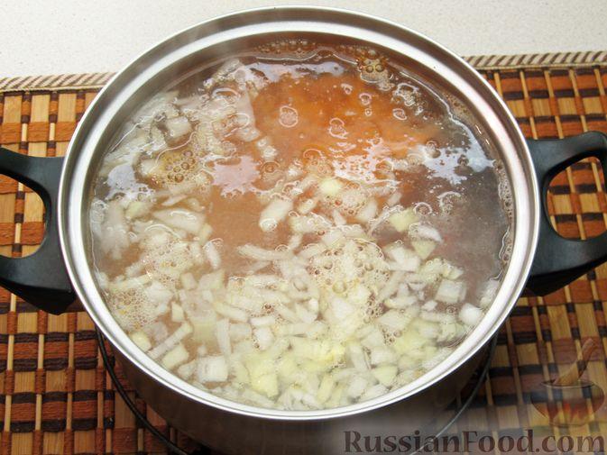 Фото приготовления рецепта: Сырный суп с чечевицей и колбасой - шаг №7