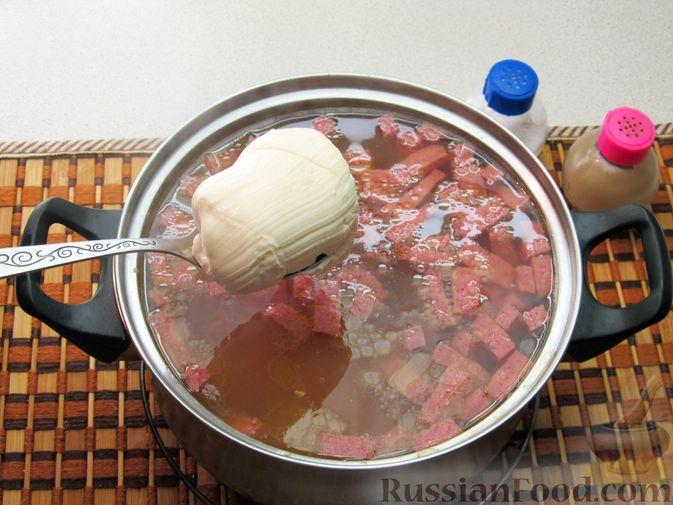 Фото приготовления рецепта: Сырный суп с чечевицей и колбасой - шаг №9