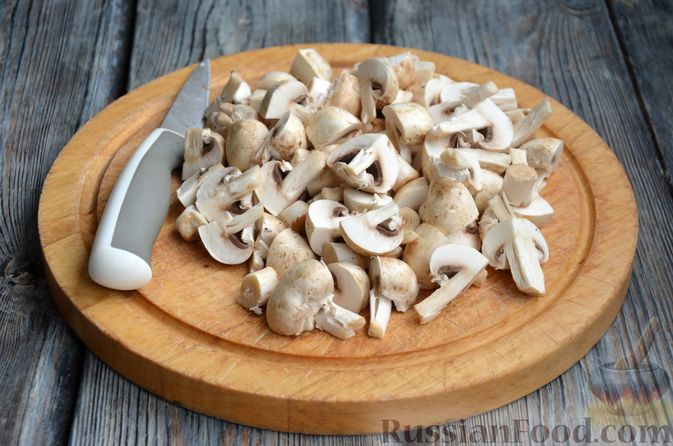 Фото приготовления рецепта: Печень индейки, тушенная с грибами и сливками - шаг №4