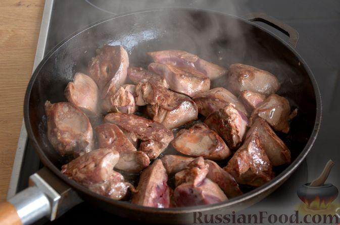 Фото приготовления рецепта: Печень индейки, тушенная с грибами и сливками - шаг №8