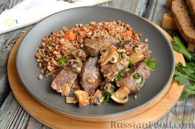 Фото приготовления рецепта: Печень индейки, тушенная с грибами и сливками - шаг №13