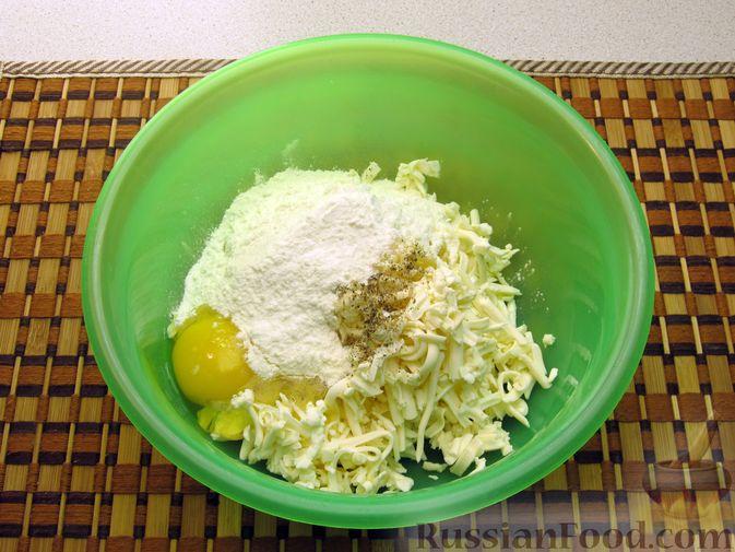 Фото приготовления рецепта: Оладьи из плавленого сыра - шаг №4