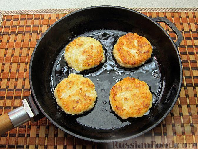 Фото приготовления рецепта: Оладьи из плавленого сыра - шаг №7