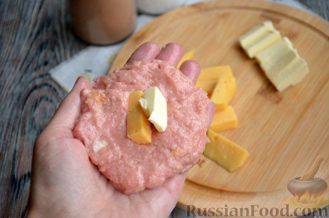 Фото приготовления рецепта: Зразы из индейки с сыром, запечённые под помидорами - шаг №6