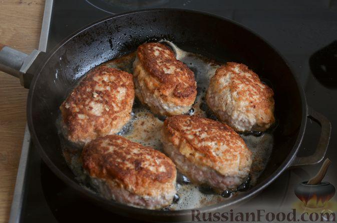 Фото приготовления рецепта: Зразы из индейки с сыром, запечённые под помидорами - шаг №9