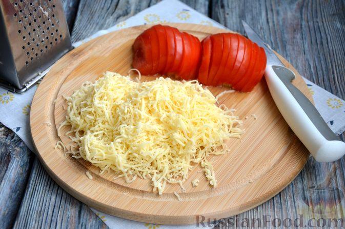 Фото приготовления рецепта: Зразы из индейки с сыром, запечённые под помидорами - шаг №10
