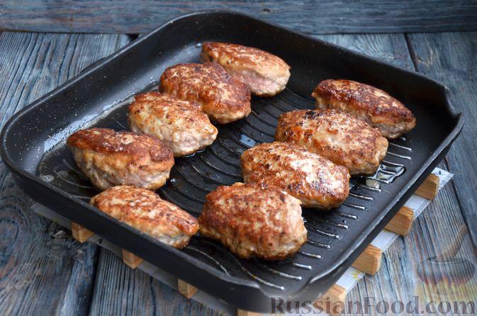 Фото приготовления рецепта: Зразы из индейки с сыром, запечённые под помидорами - шаг №11