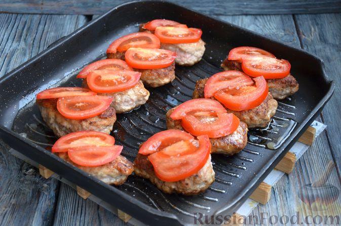 Фото приготовления рецепта: Зразы из индейки с сыром, запечённые под помидорами - шаг №12