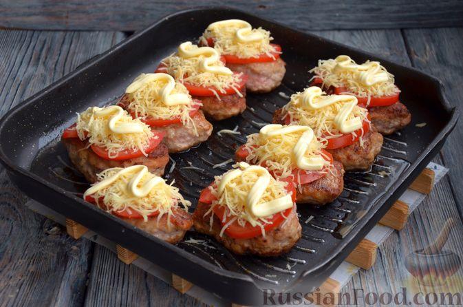 Фото приготовления рецепта: Зразы из индейки с сыром, запечённые под помидорами - шаг №13