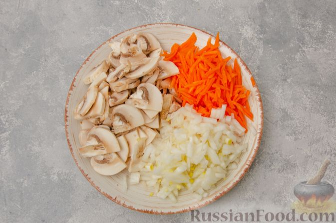 Фото приготовления рецепта: Чечевица с мясным фаршем и грибами (на сковороде) - шаг №2
