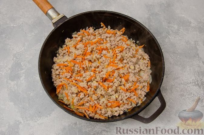 Фото приготовления рецепта: Чечевица с мясным фаршем и грибами (на сковороде) - шаг №4