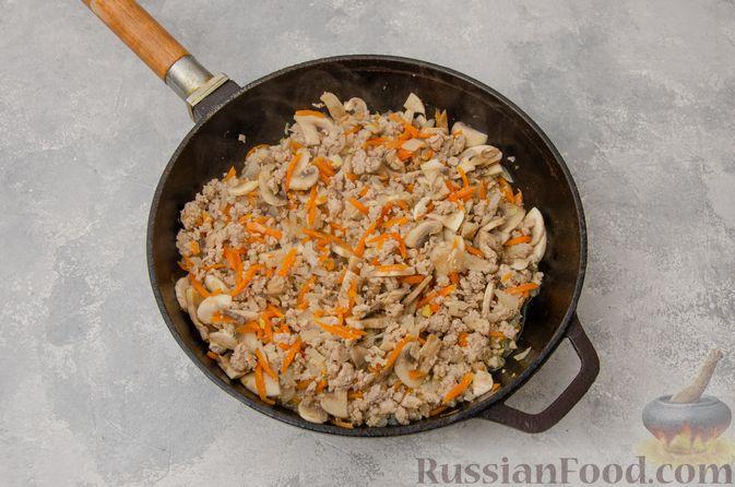 Фото приготовления рецепта: Чечевица с мясным фаршем и грибами (на сковороде) - шаг №5