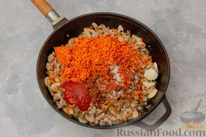 Фото приготовления рецепта: Чечевица с мясным фаршем и грибами (на сковороде) - шаг №6