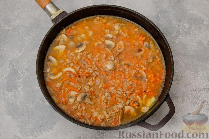 Фото приготовления рецепта: Чечевица с мясным фаршем и грибами (на сковороде) - шаг №7
